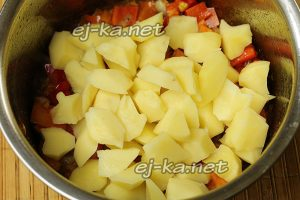 Добавить к луку с морковью картофель