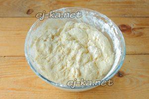 Замешивем тесто для жареных пирожков с капустой
