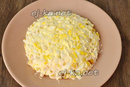 Яичный слой в салате промазать майонезом