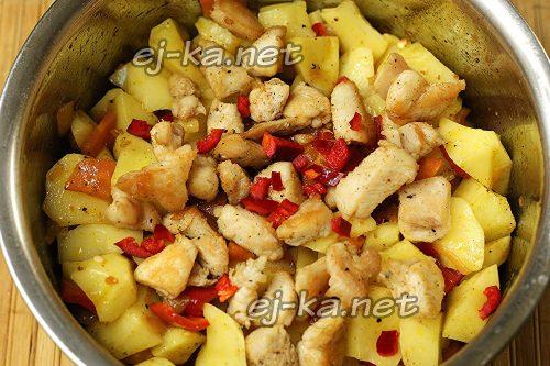 На картофель выложить курицу