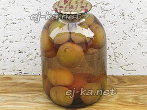 Сиропом залить персики в банке