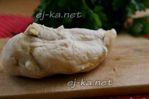 Отварить куриное филе и охладить