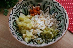 Выложить продукты в салатник