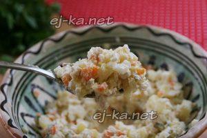 Перемешать ингредиенты для салата Оливье с майонезом