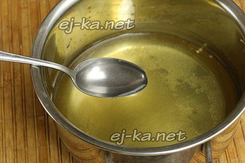 С банки слить воду в кастрюлю с солью