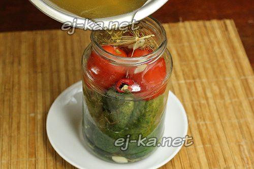 Залить ассорти из огурцов и помидоров маринадом
