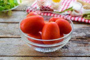 Вымываем все томаты в прохладной воде