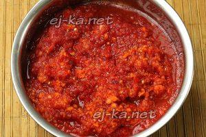 Перекрутить подготовленные овощи через мясорубку