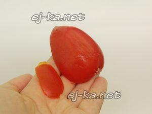 У половинок помидоров срежьте донышки