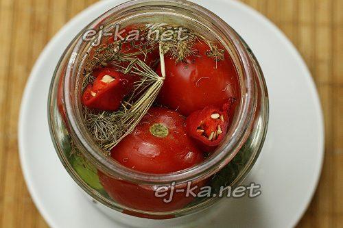 Положить в банку помидоры и горький перец