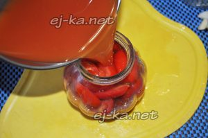 Залить помидоры томатным соком
