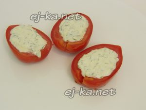 Выложить помидоры на блюдо