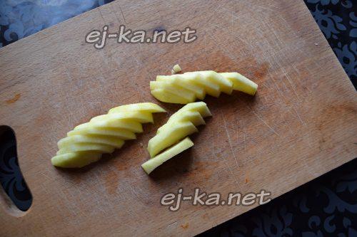 Нарезаем яблоко на тонкие ломтики