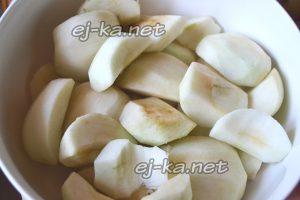 Яблоки очистить и нарезать