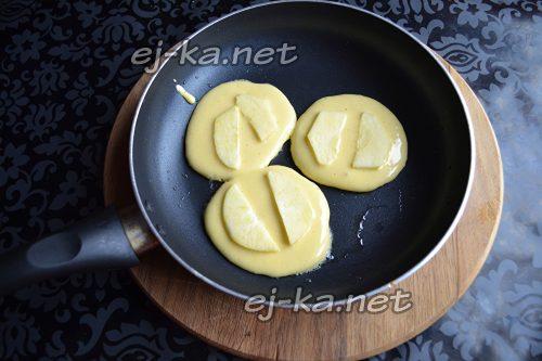 В горячую сковороду кладем столовой ложкой тесто, и на каждый оладок положить по 2 кусочка яблока