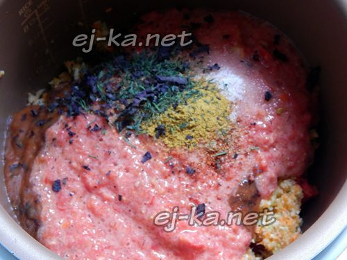 Добавить пюре и специи для соуса