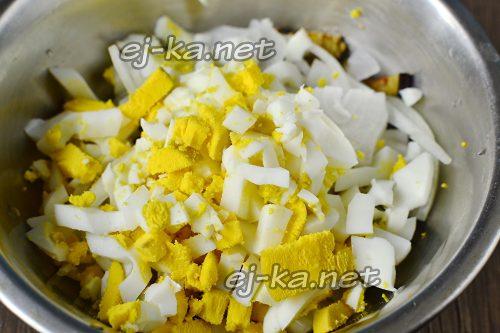 смешать яйца и баклажаны