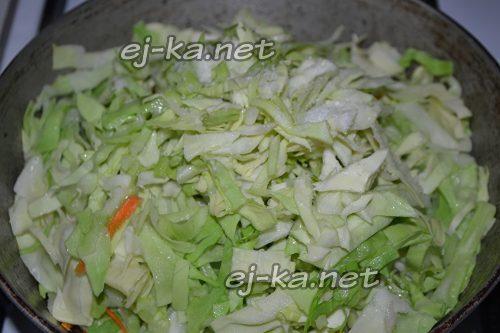 обжарить капусту с морковью