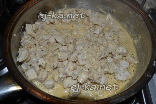 добавить в сковороду соус и орехи