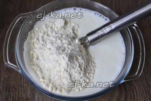 добавляем просеянную пшеничную муку