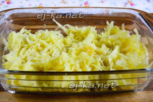 выкладываем первым слоем тертую картошку