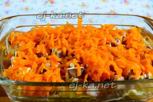 поверх сельди выкладываем тертую морковь