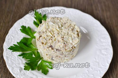 Салат из рыбной консервы готов