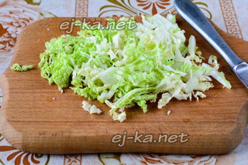 нарезаем пекинскую капусту