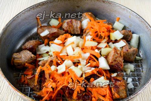 добавить к мясу овощи