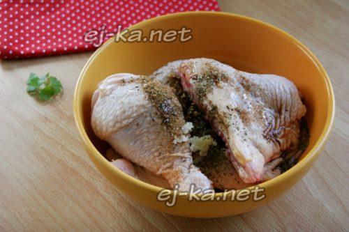посыпать курицу приправами