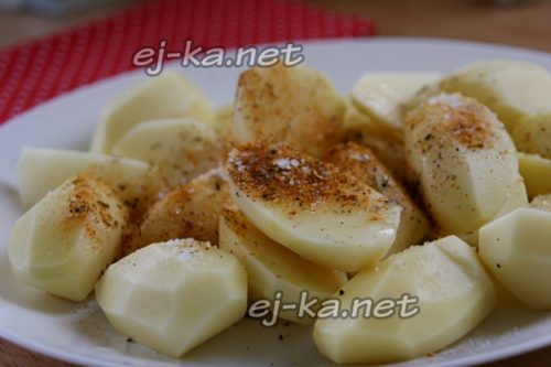 смешать картофель и приправы