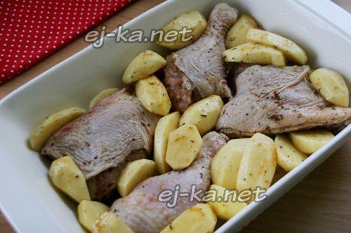 выложить курицу и картошку в форму