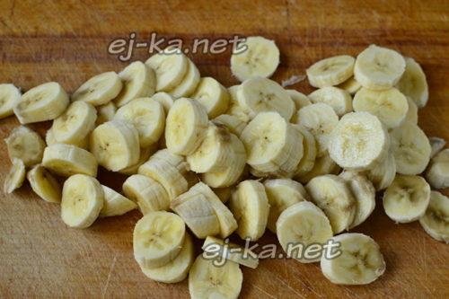 Нарезаем дольками и бананы