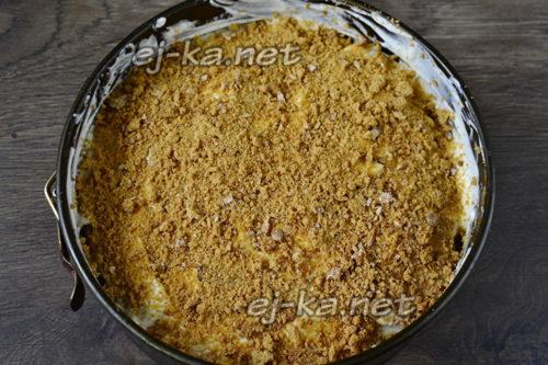 измельчаем 2 пряника блендером и посыпаем крошкой верхний слой торта