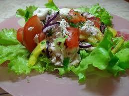 Салат из курицы с помидорами и другими овощами