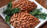 Салат в виде шишки из миндальных орехов
