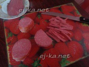 Нарезать мясо и колбасу