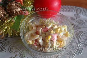 Заправить салат с кальмарами и крабовыми палочками майонезом