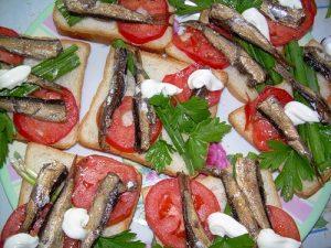 Бутерброды со шпротами и помидором