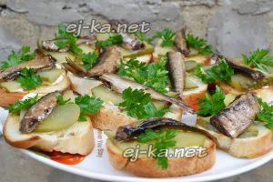 Бутерброды со шпротами и соленым огурцом. Рецепты с фото