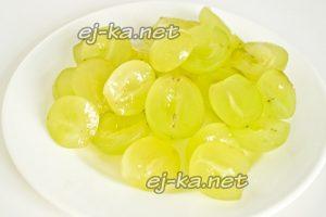 """Для салата """"Тиффани"""" берем крупные зелёные виноградины разрезаем пополам, удаляем косточки"""
