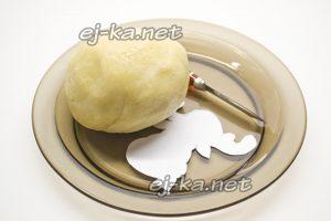 Замешиваем тесто для новогоднего печенья в виде оленя