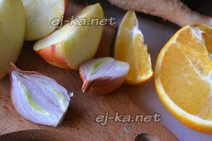 Луковицу разрежьте на две части, яблоки разрежьте с апельсином дольками