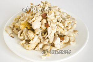 """Обжарить курицу, добавить орехи и выложить первый слой салата """"Тиффани"""""""