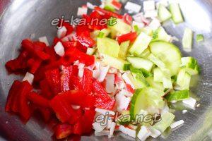 Огурцы и перец нарезать соломкой