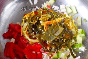 В салатник кладем ламинарию, измельченные овощи и морепродукты