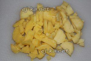нарезать картофель для винегрета с селедкой кубиками
