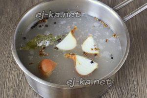 В кастрюлю наливаем воду, всыпаем сахар и каменную соль, а также специи и лук репку