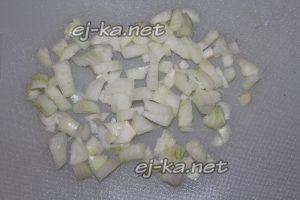 мелко нарезать лук для винегрета с селедкой