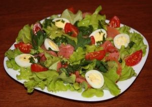 Легкий салат с перепелиными яйцами и курицей